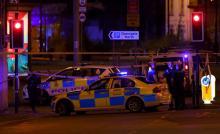Des voitures de police bouclent le quartier près du concert d'Ariana Grande à Manchester. Photo AFP